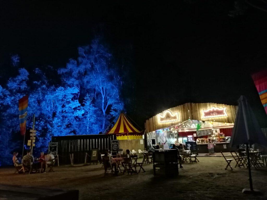 Camping de Wereld bij nacht